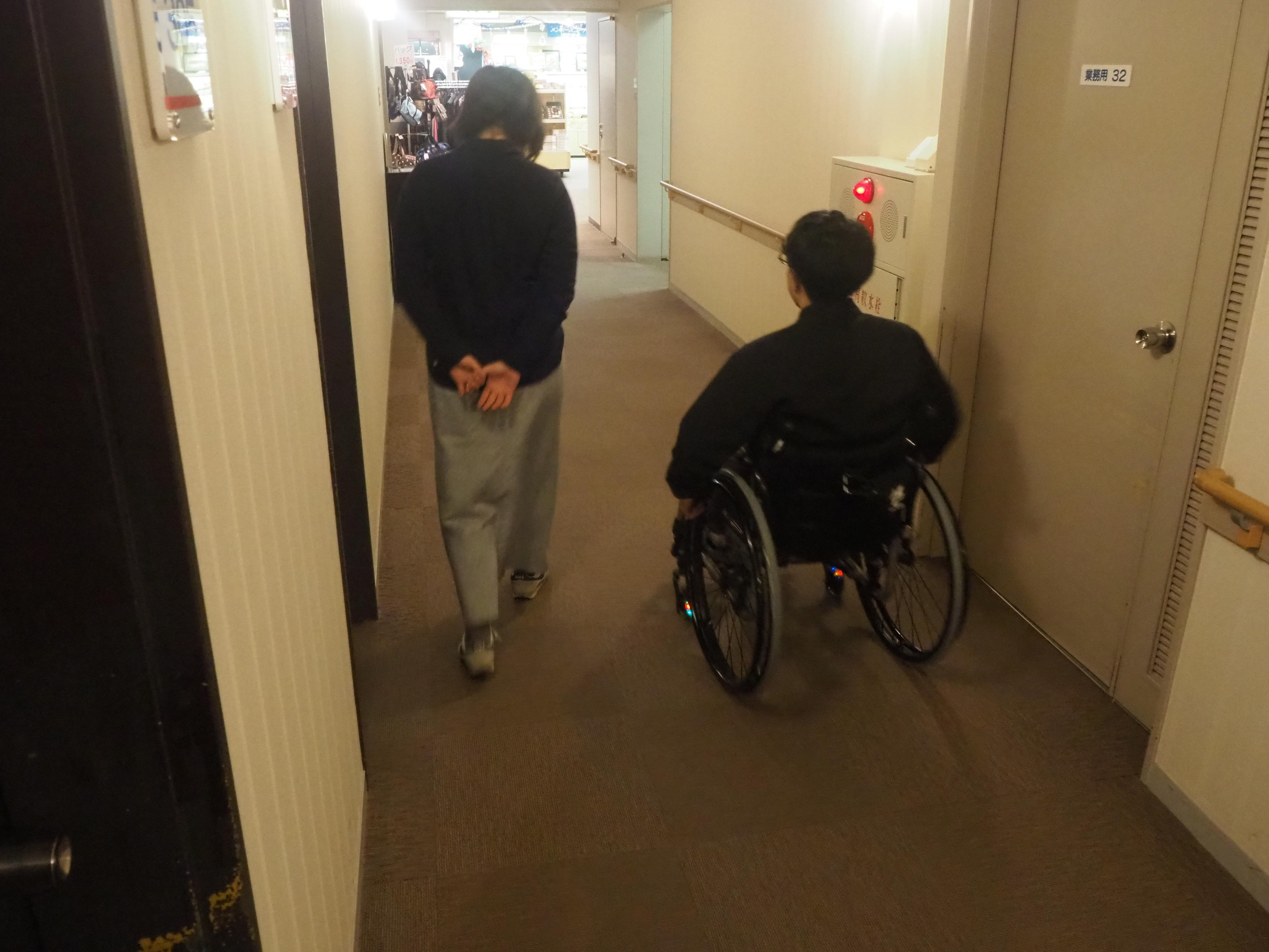 取材旅行中は、メンバーが交代で車いすに乗りました。
