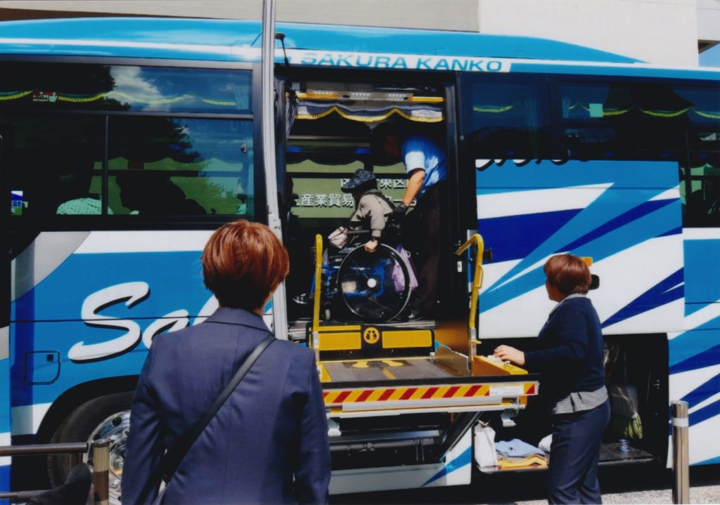 バスのリフターを使用している様子2