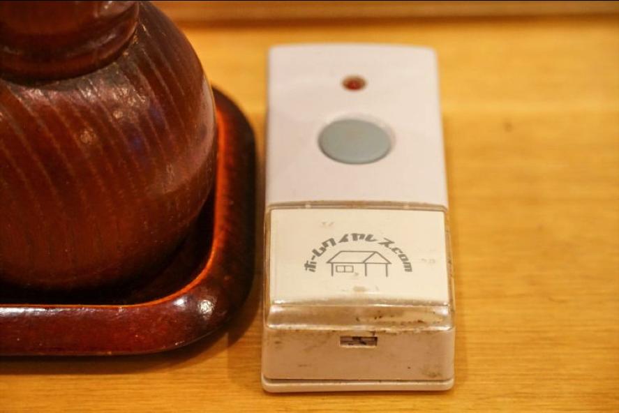 テーブルに設置されたコールボタン