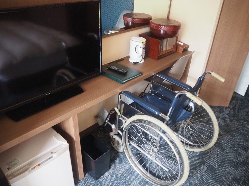 客室の机は車いすでも利用しやすい高さ