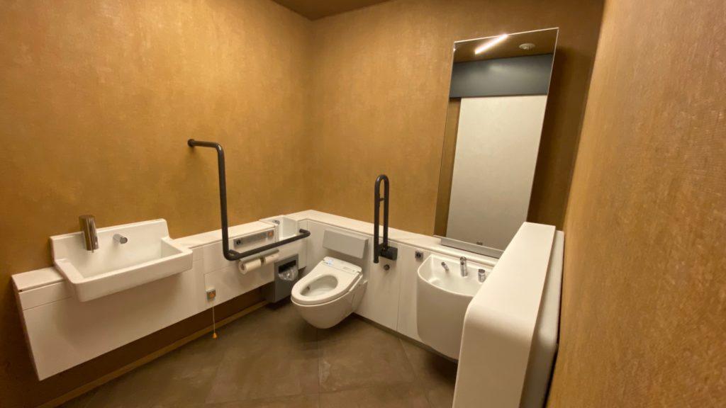 フロント脇の多目的トイレ